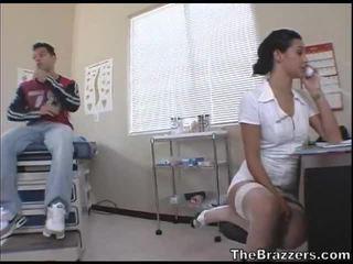 Secy नर्स treats उसकी रोगी
