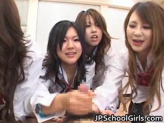 Aasialaiset schoolgirls are having a ma holeive ryhmä seksi