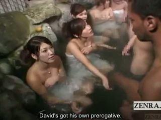 Subtitle 옷을 입은 여성의 벌거 벗은 남성 옥외 일본 bathhouse masturbation 경기