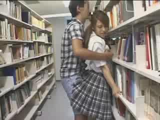Perempuan perempuan used dalam yang sekolah perpustakaan