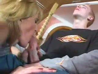 Alcoolisée mature mère wants bite