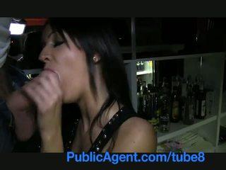 Publicagent gražu brunetė barmaid gets pakliuvom už the baras