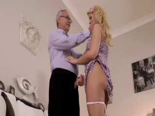 Super caliente blondie realmente gets chupando para viejo jim en un sillón