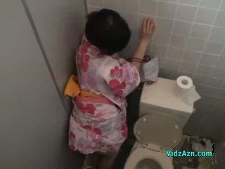 亞洲人 女孩 在 kimono 性交 從 背後 附帶 到 屁股 在 該 toilette