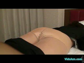 Rondborstig meisje in panty getting undressed terwijl slapen poesje licked en fingered op de bed