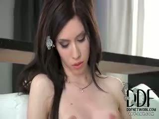 Camila seduces i henne undertøy