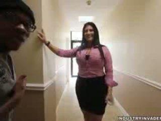 Kim cruz plays riietes naine paljaste meestega sisse tema kontoris
