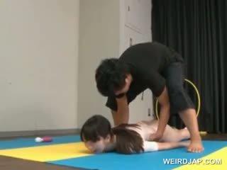 Asiatique gymnast sucks coachs shaft tandis que formation
