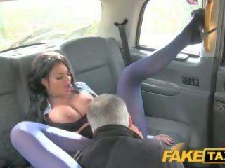 Fake taxi grande tetas longo cabelo e alto tacões