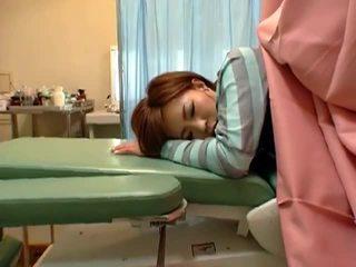 Peidetud piilumine kaamera juures gynecologist