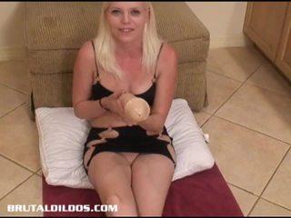 Jayda enjoys o masiv dildo