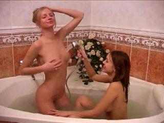Alessandra और दोस्त taking एक bath