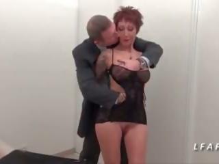 Pieauguša francaise aux gros seins se fait bourrer le cul