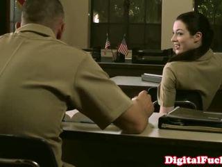 Pisikene sõjanduslik beib stoya kontoris demands suuseks pärit privaatne