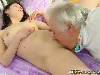 Alena je laying v lôžko hľadáte sexy v ju yellow top thinking o sex na a deň ako dnes