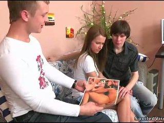 Nastolatka gets jej cipa checked