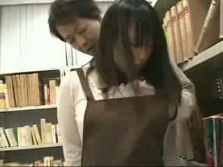 Sjenert jente famlet og used i en bookstore