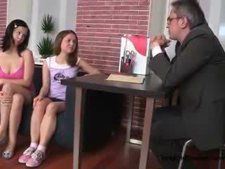Two seksuālā pusaudze meitenes kārdināšana viņu vecs koledža skolotāja uz viņa birojs