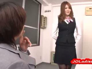 Het kontors lady getting henne bröstvårtor sucked sitting till guy ansikte licked på den golv i den kontors
