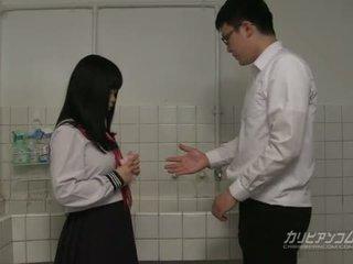 Innocent školské dievča gives fajčenie a ručné práce pre extra úver