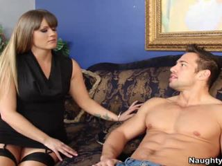 Smut milf holly inimă bounces ei mare arse hole onto ei sons companion snake