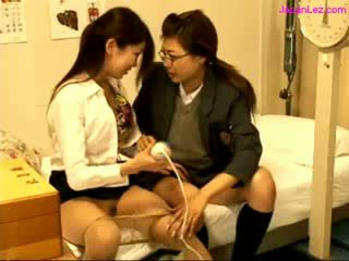 Scolarita și medic stimulating pussies cu vibrator pe the pat în the schoolhospital