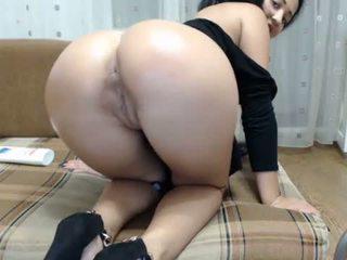 Seksi rambut coklat sat di sebuah besar penis buatan