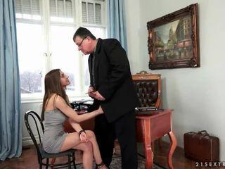 年輕 秘書 fucks 她的 老 老闆