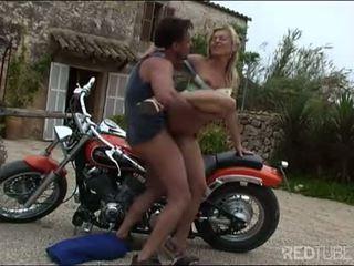 Tuhma milf biker naida varten a safe ratsastaa
