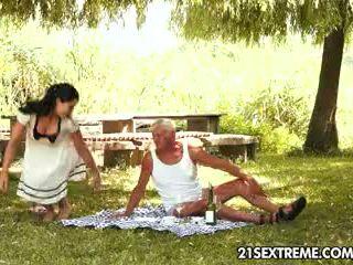 Ado cutie s cochon picnic avec une grand-père