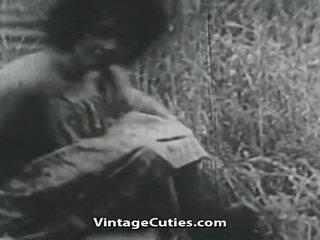 Jente med stor pupper og hårete kuse knullet i felt