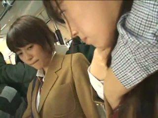 Verejnosť perverts harass japonské schoolgirls na a vlak