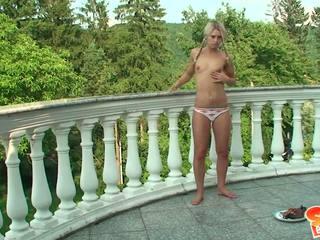 鞣 金發 青少年 同 小 胸部 和 辮子 shows 她的 體