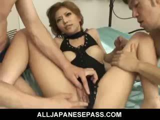 Charmant japonais fille akane hotaru takes two cocks à la