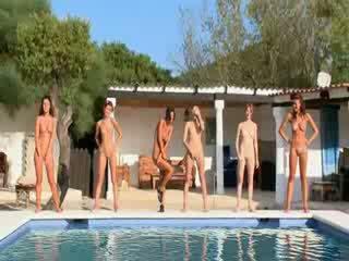 Six 裸 女孩 由 该 水池 从 poland
