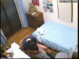 Spycam schoolmeisje takes sperma in mond