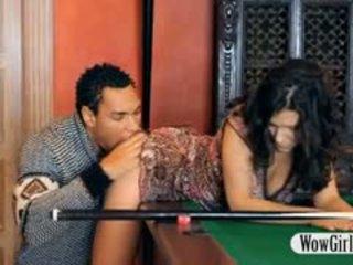 Sexy penelope inpulit cu negru penis pe billiards tabel