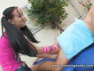 Seksi muda masseuse amai liu gives yang matang zakar/batang yang bahagia ending