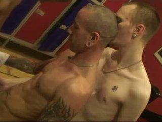 Sem preservativo grupo em público sauna