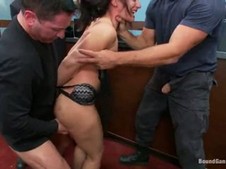 brunetta, sesso hardcore, deepthroat