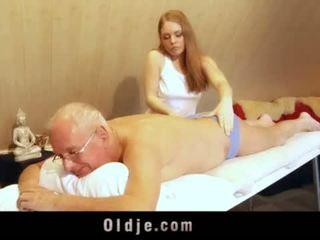 Stary człowiek fucks młody blondynka masseuse cums w jej usta <span class=duration>- 6 min</span>