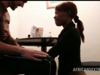 আফ্রিকান hoe মুখ fucks সাদা বাইকের আসন উপর knees