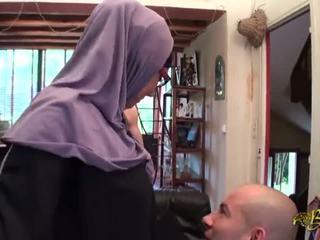 Muslim kvinna met på den internet med two men
