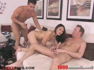 Sexy asiática doxy evelyn lin taking um lively shlong em dela boca como um pirulito