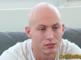 Bald guy mathew gives príťažlivé fajčenie
