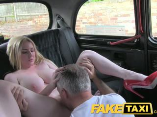 Faketaxi блондинки бомба с голям цици gets красавици крем пай в taxi