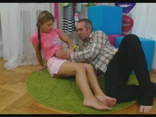 Vauva leviäminen hänen jaloissa kohteeseen ottaa a mulkku