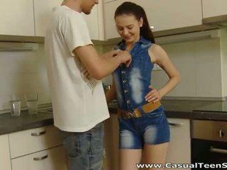 Casual বালিকা যৌন: guy tricks বালিকা মধ্যে চোদা তাঁহাকে