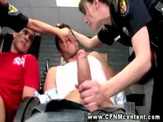 נקבה בלבוש וגברים עירומים ביחד משטרה cops are מוצצת cocks