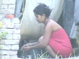 Indické obec dievča kúpanie outdoors